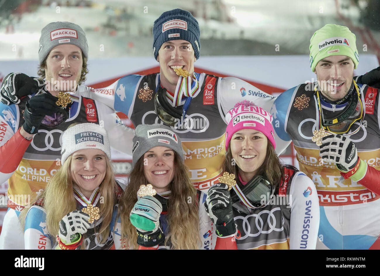 Are, Sweden. 12th Feb, 2019. Alpine skiing, world championship, team, mixed, race: The gold medallists from Switzerland (l-r) Sandro Simonet, Andrea Elenberger, Aline Danioth, Ramon Zenhaeusern, Wendy Holdener and Daniel Yule. Credit: Michael Kappeler/dpa/Alamy Live News - Stock Image