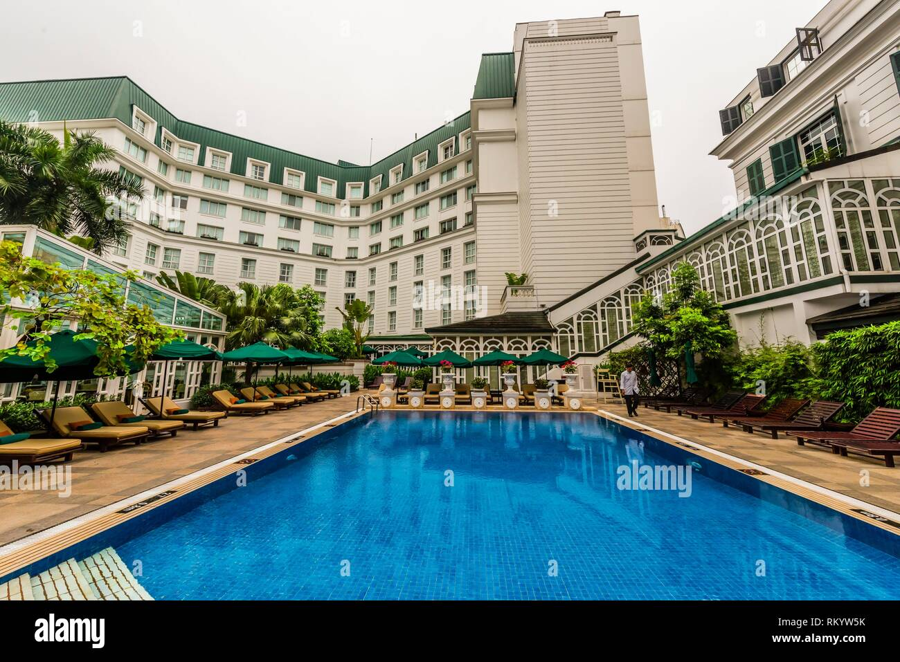 Swimming pool, Sofitel Legend Metropole Hanoi is a 5 star historic luxury hotel opened in 1901 in the French colonial style. Hanoi, northern Vietnam. - Stock Image