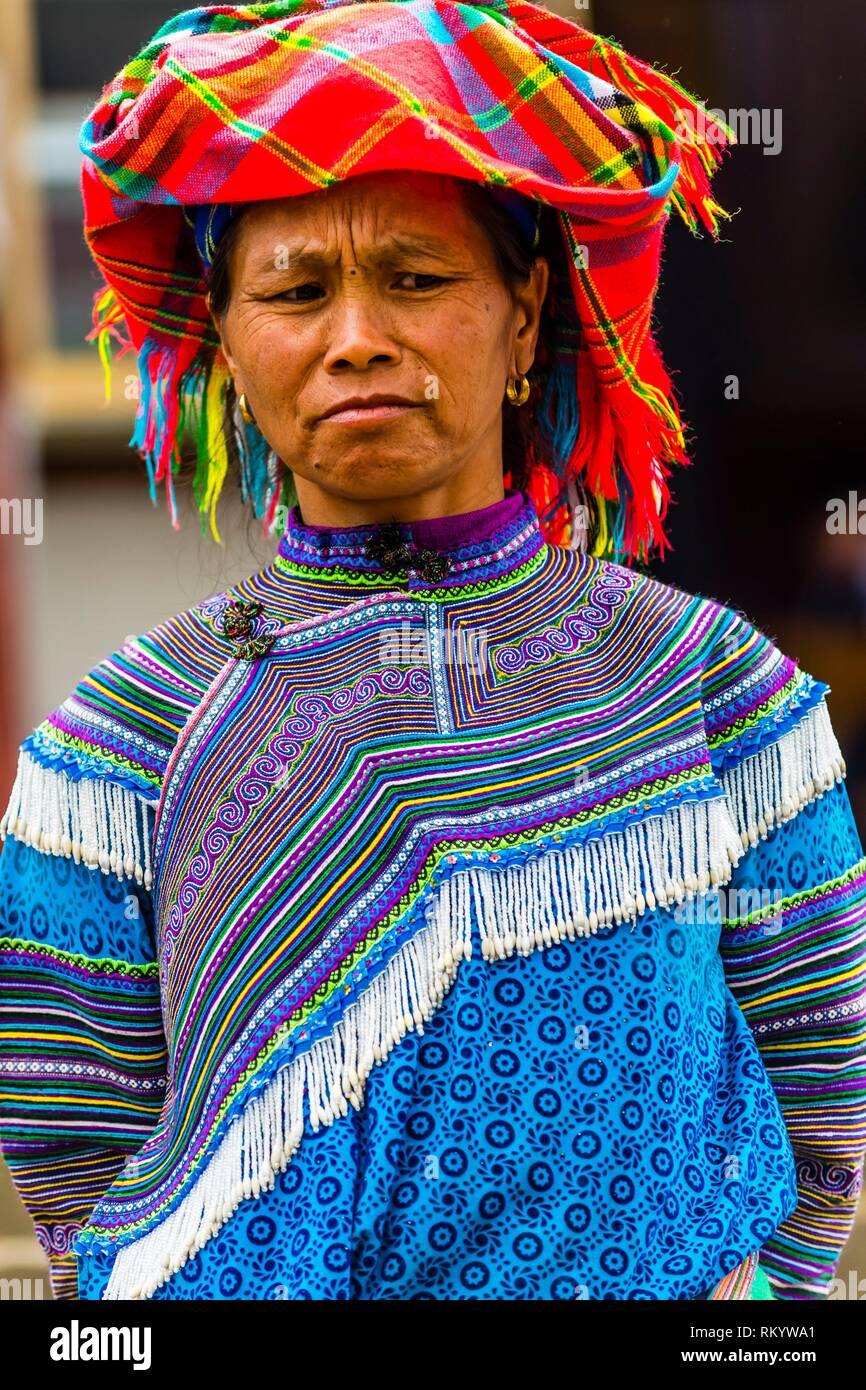 Flower Hmong (hill tribe) woman at the Sunday market at Bac Ha, northern Vietnam. Every Sunday ethnic minorities come from surrounding villages and - Stock Image