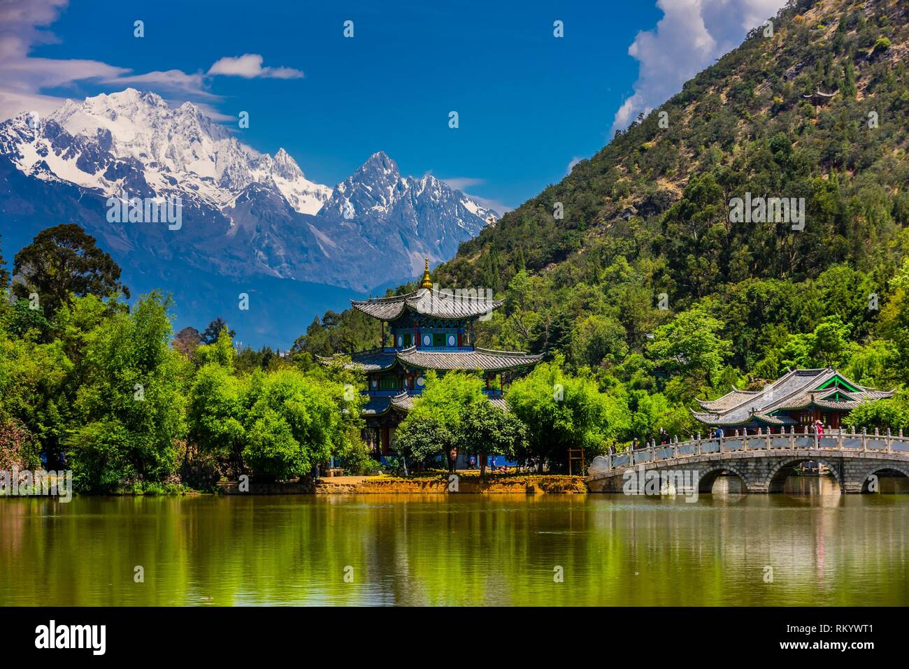 The idyllic Black Dragon Pool with the 18,360 foot Jade Dragon Snow Mountain behind, Lijiang, Yunnan Province, China. - Stock Image