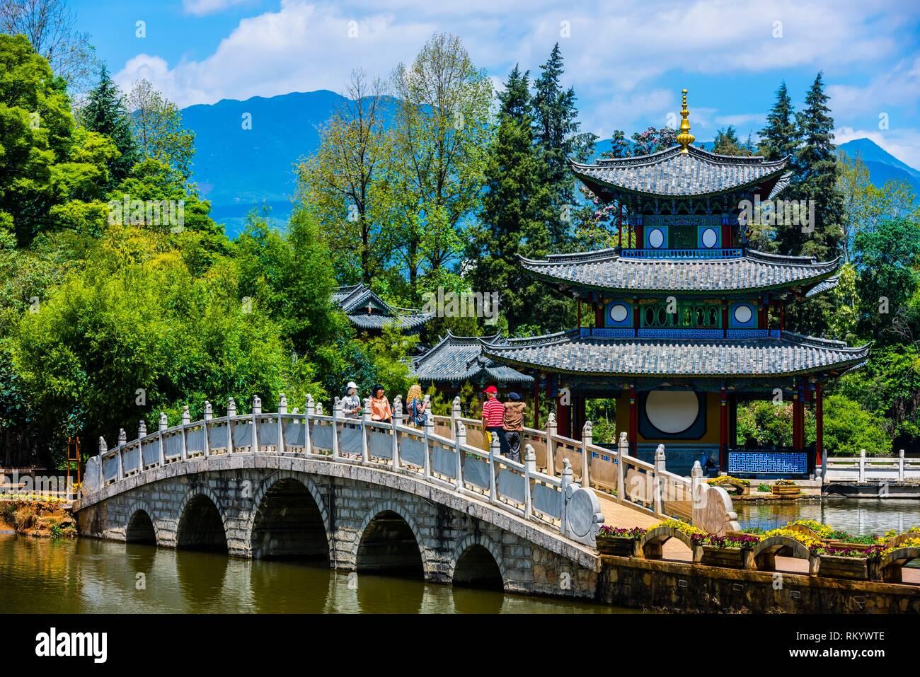 Suochi Bridge and Deyue Pavilion, Black Dragon Pool Park, Lijiang, Yunnan Province, China. - Stock Image
