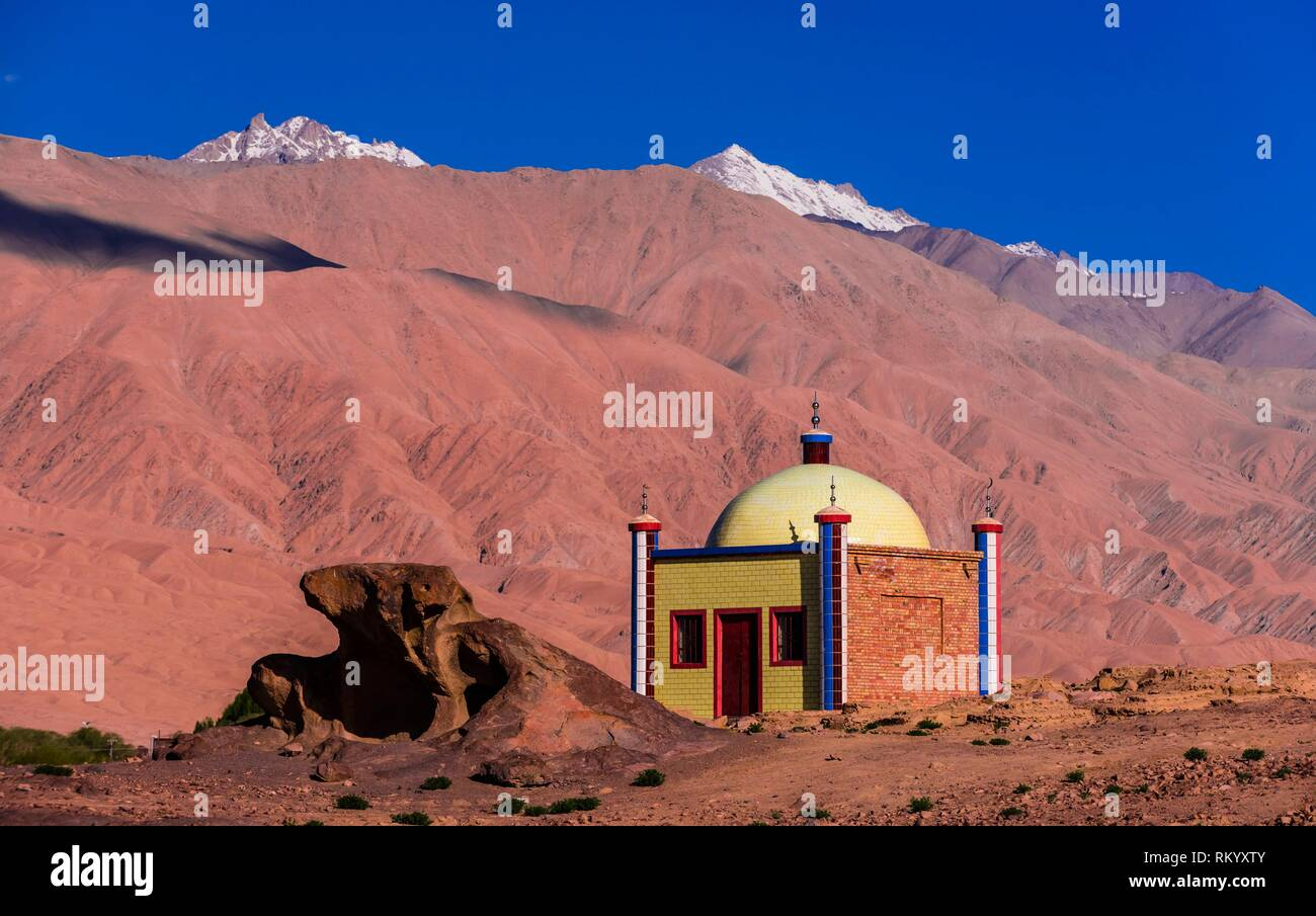 A tomb, Tashkurgan (means Stone Fortress in Uyghur), at 10,100 feet, along the Karakoram Highway. It was a caravan stop on the Silk Road and all - Stock Image