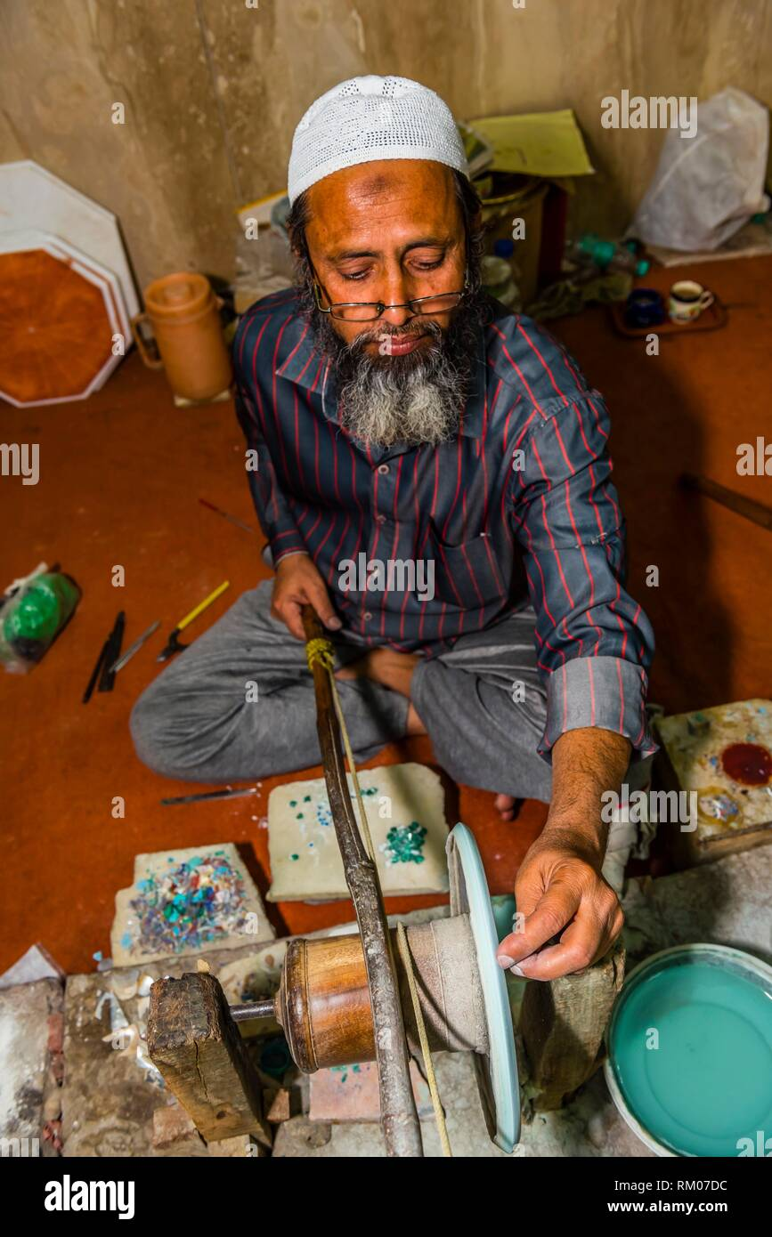 Making marble tables with inlayed precious stones, Akbar International workshop, Agra, Uttar Pradesh, India. - Stock Image