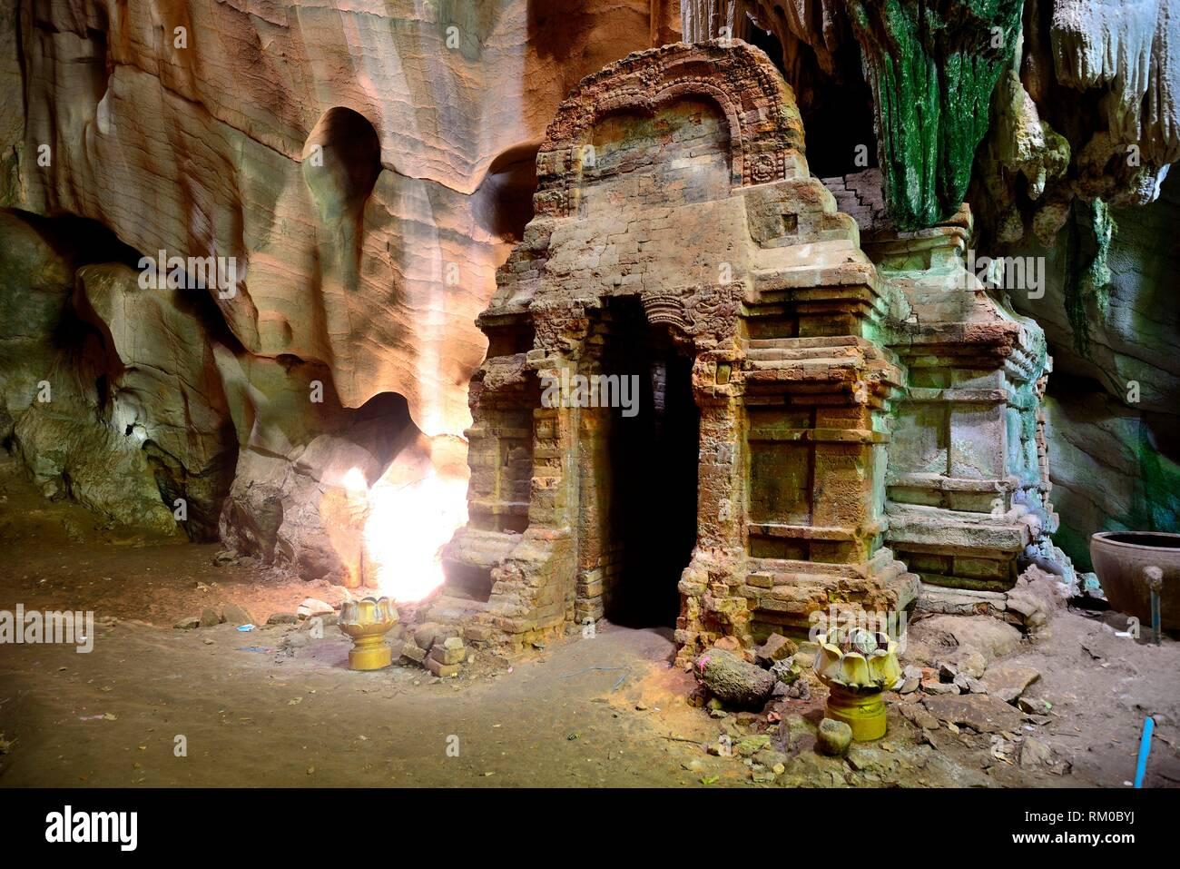 Pre-Angkorian prasat in Phnom Chhngok cave, Kampot province, Cambodia. - Stock Image