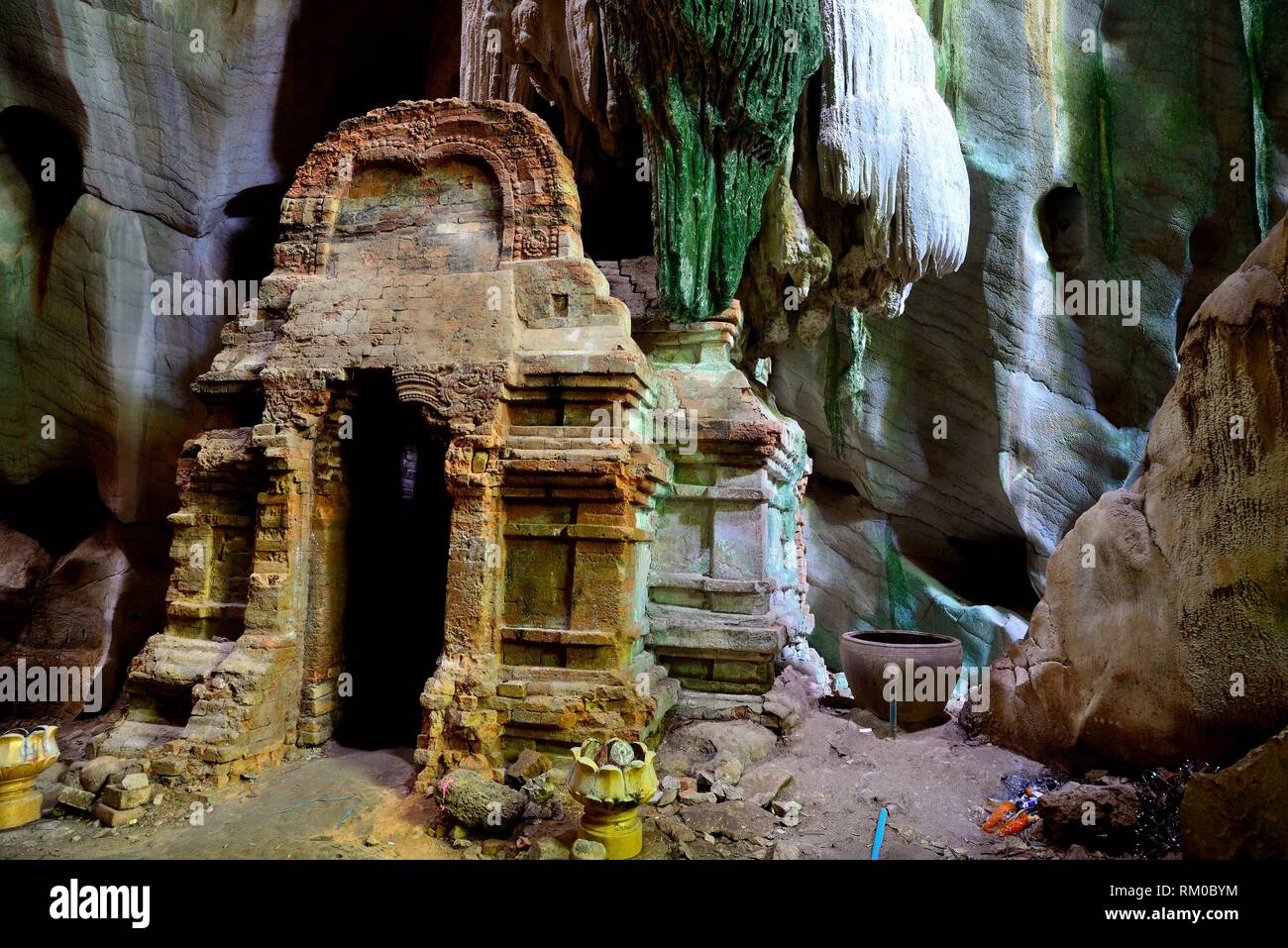 Pre-Angkorian prasat in Phnom Chhngok cave, Kampot province, Cambodia - Stock Image