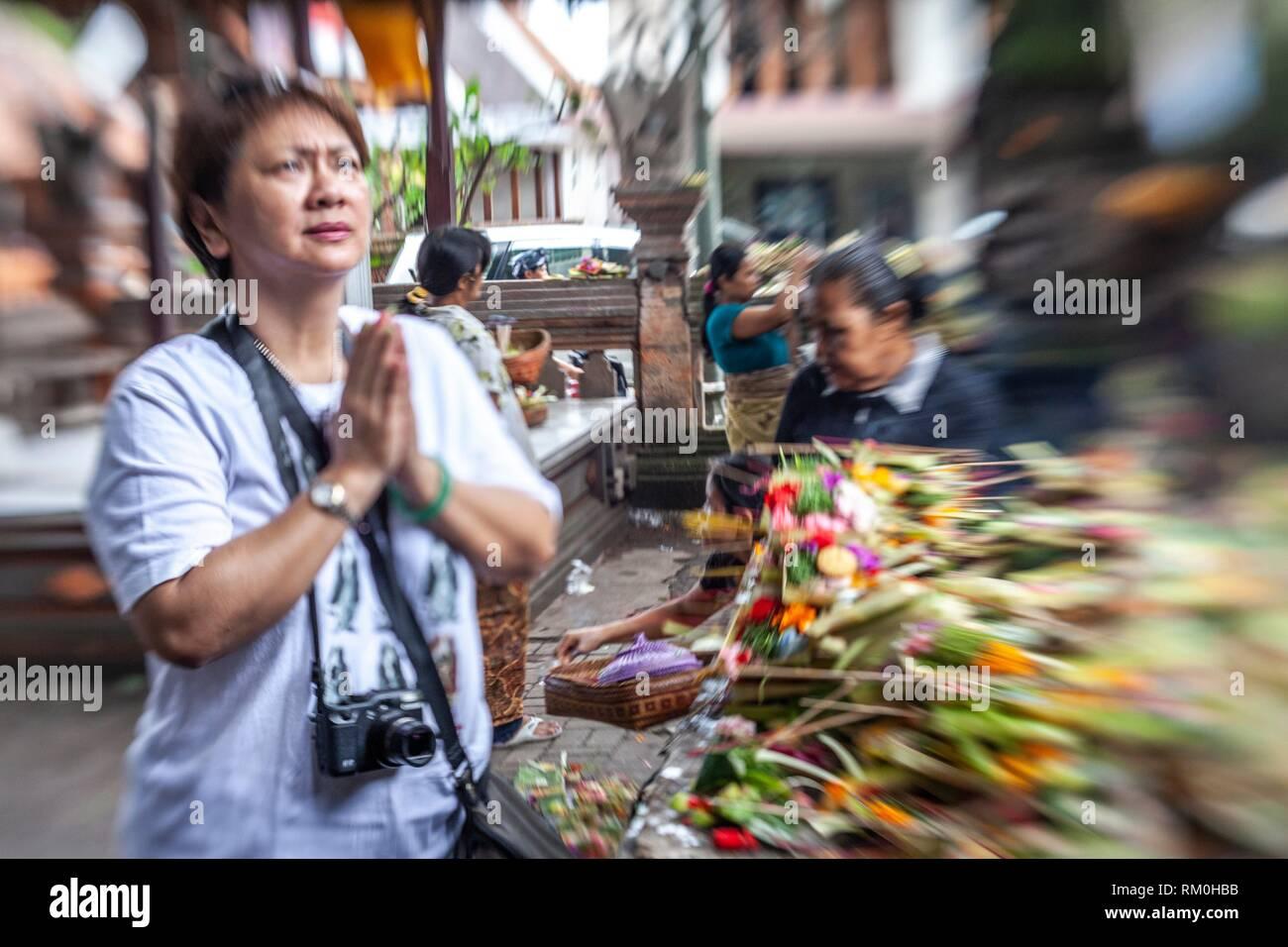 Tourist Praying at Ubud temple, Bali - Stock Image