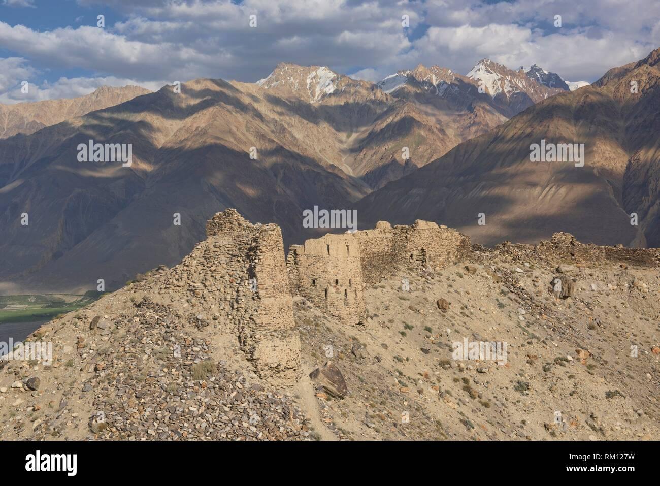 The Yamchun Fort ruins rise over the Wakhan Valley and Afghanistan Hindu Kush, Vikchut, Tajikistan. - Stock Image