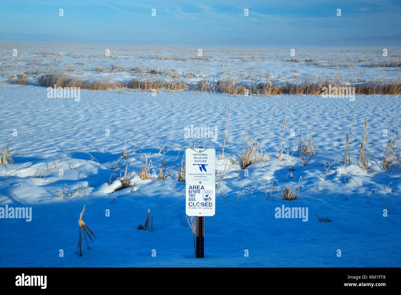 Klamath Marsh in winter with closure sign, Klamath Marsh National Wildlife Refuge, Oregon. - Stock Image