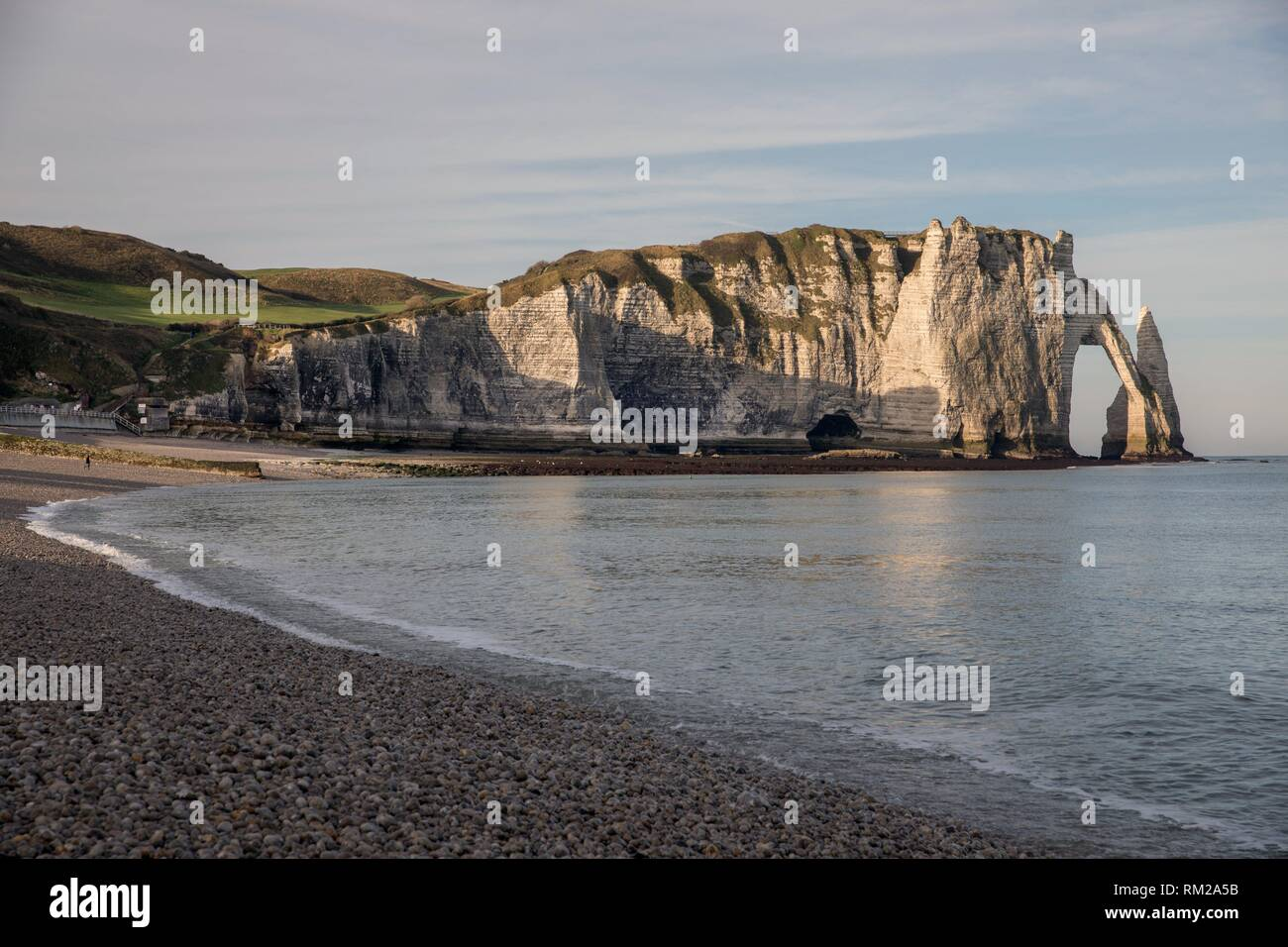 Porte d´Aval (Agal gate), Aiguille (needle) and cliffs. Etretat, Normandy, France - Stock Image