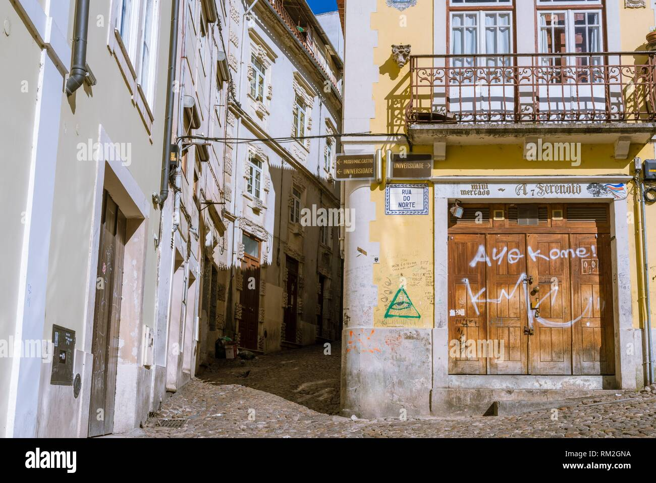Narrow Sreet near the Old Cathedral, Sé Velha, Coimbra, Baixo Mondego, Centro Region, Portugal, Europe. - Stock Image