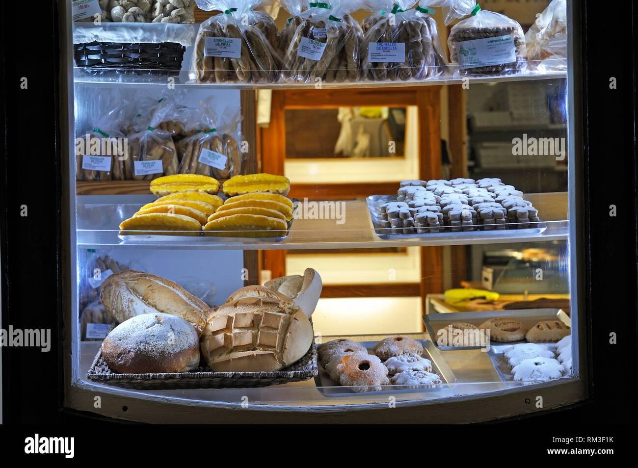 Shop window of the bakery Forn de Sa Placa, city of Es Mercadal, Menorca, Balearic Islands, Spain, Europe. - Stock Image