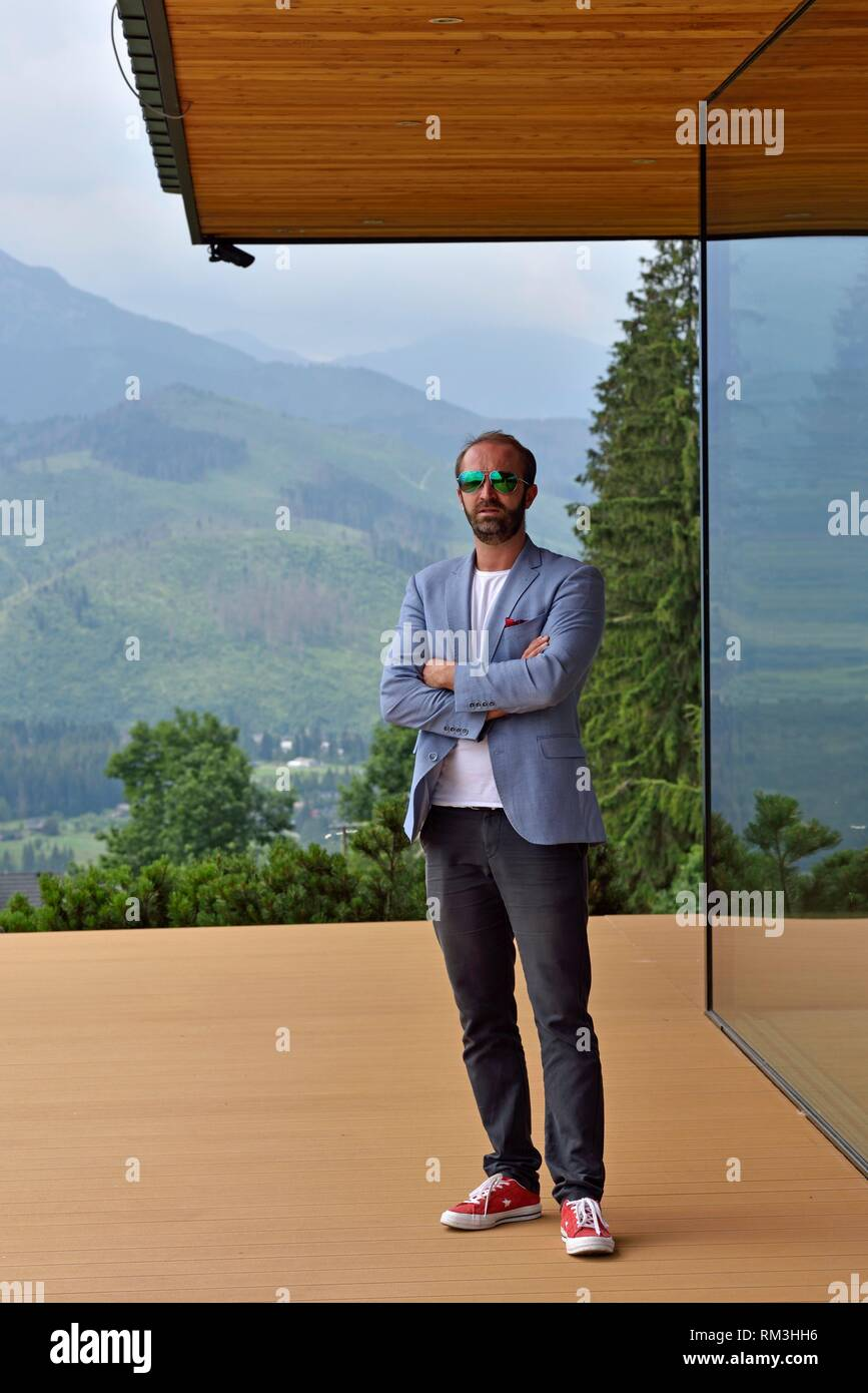Jan Karpiel, architecte du Bureau des Architectes Karpiel & Steindel, posant devant une de ses realisations a l'architecture librement inspiree du - Stock Image