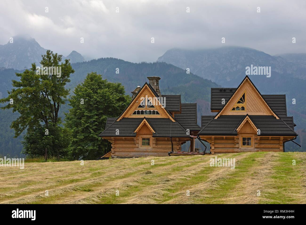 Maison Moderne En Bois A Lu0027architecture Inspiree Du Style Zakopane Avec La  Chaine Des Tatras En Arriere Plan, Zakopane, Region Podhale, Massif Des