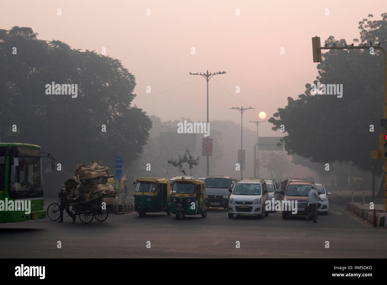 Commuters in hazardous levels of air pollution in Connaught Place, New Delhi, India - Stock Image