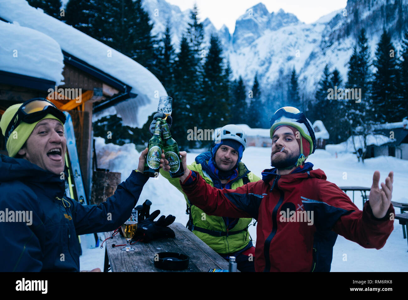 Friends drinking beer after great day of skiing - Stock Image