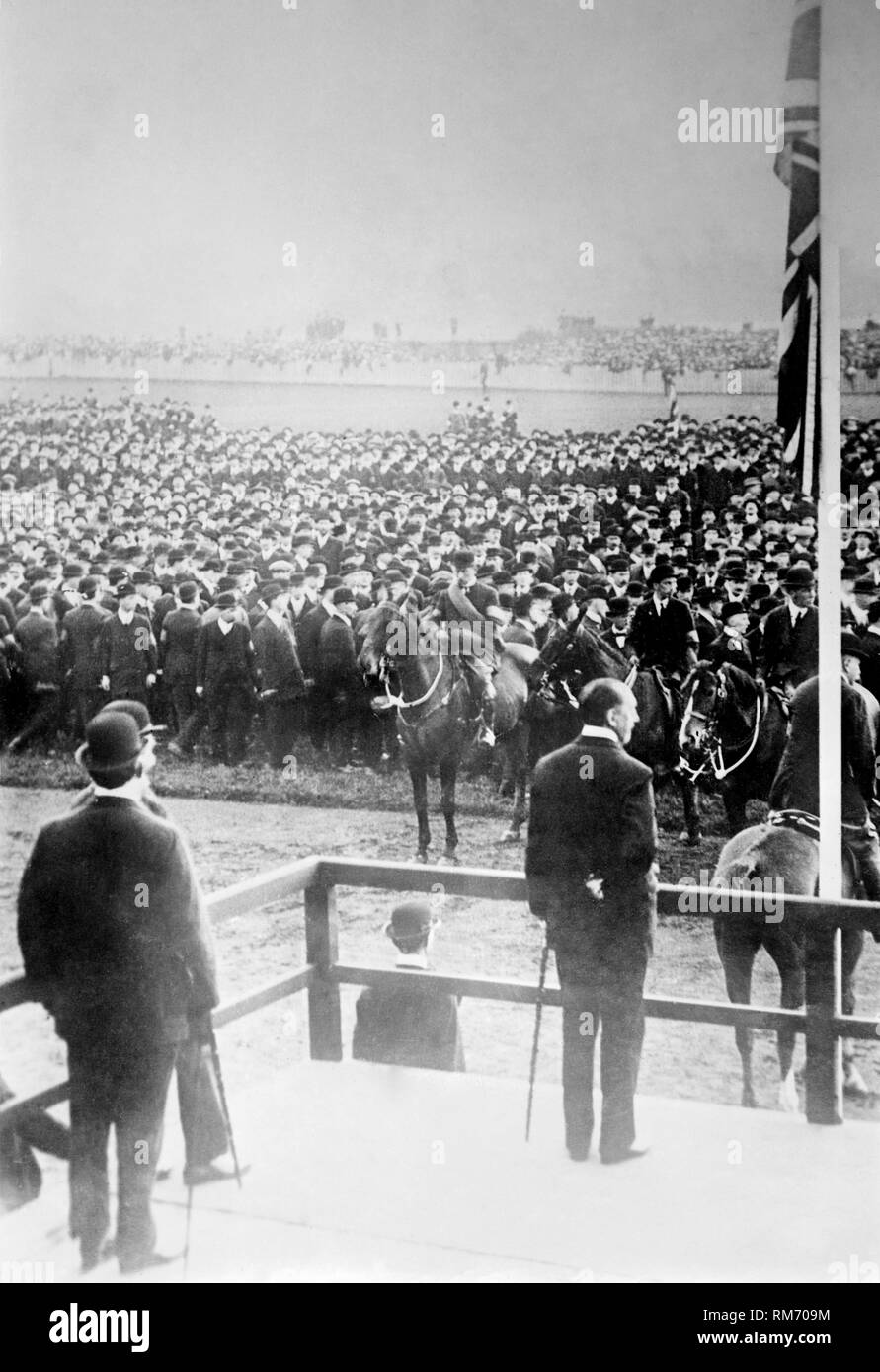 Sir Edward Carson leader of the Irish Unionist Party addresses the Ulster Volunteers militia in Belfast during the home rule crisis in 1914. The ulster volunteers were a paramilitary group formed by ulster protestants to fight home rule in Ireland when the first world war broke out and they formed the ulster volunteer 36th ulster division of the British Army. - Stock Image