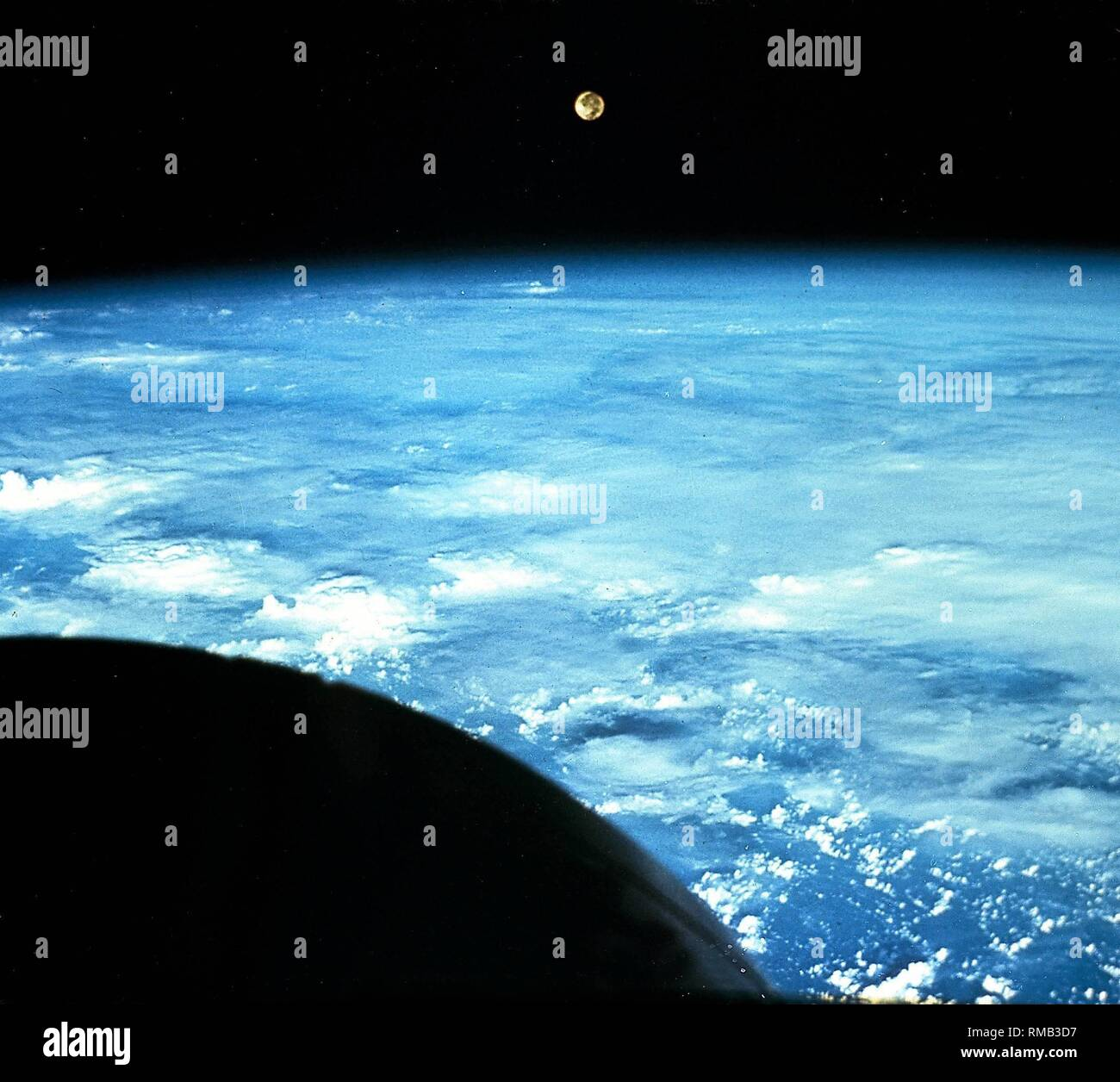 Moonrise over the curved Earth's horizon taken from the Gemini spacecraft. The Gemini program was the precursor of the Apollo program of the American aerospace company carried out between 1964 and 1966. Undated photo, probably from the 1980s. - Stock Image