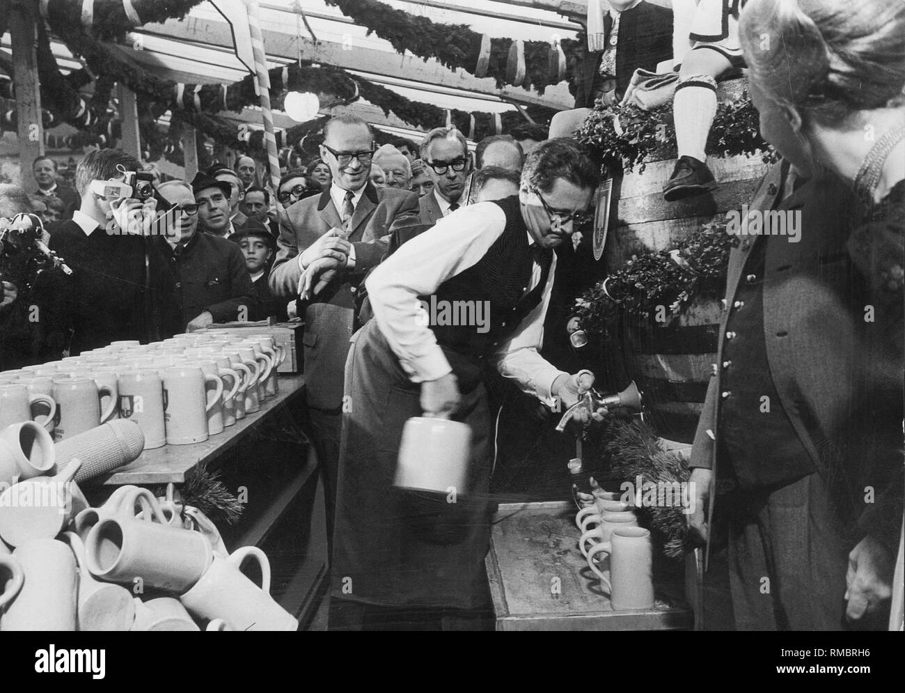 Tapping of the first beer keg at the Oktoberfest in Munich by Lord Mayor Hans-Jochen Vogel. - Stock Image