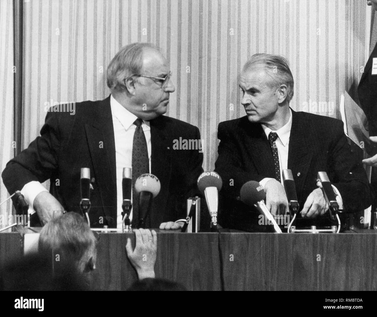 German chancellor Helmut Kohl (left) and the prime minister of the DDR Hans Modrow on a press conference in Dresden during Kohl's visit in Dresden. - Stock Image