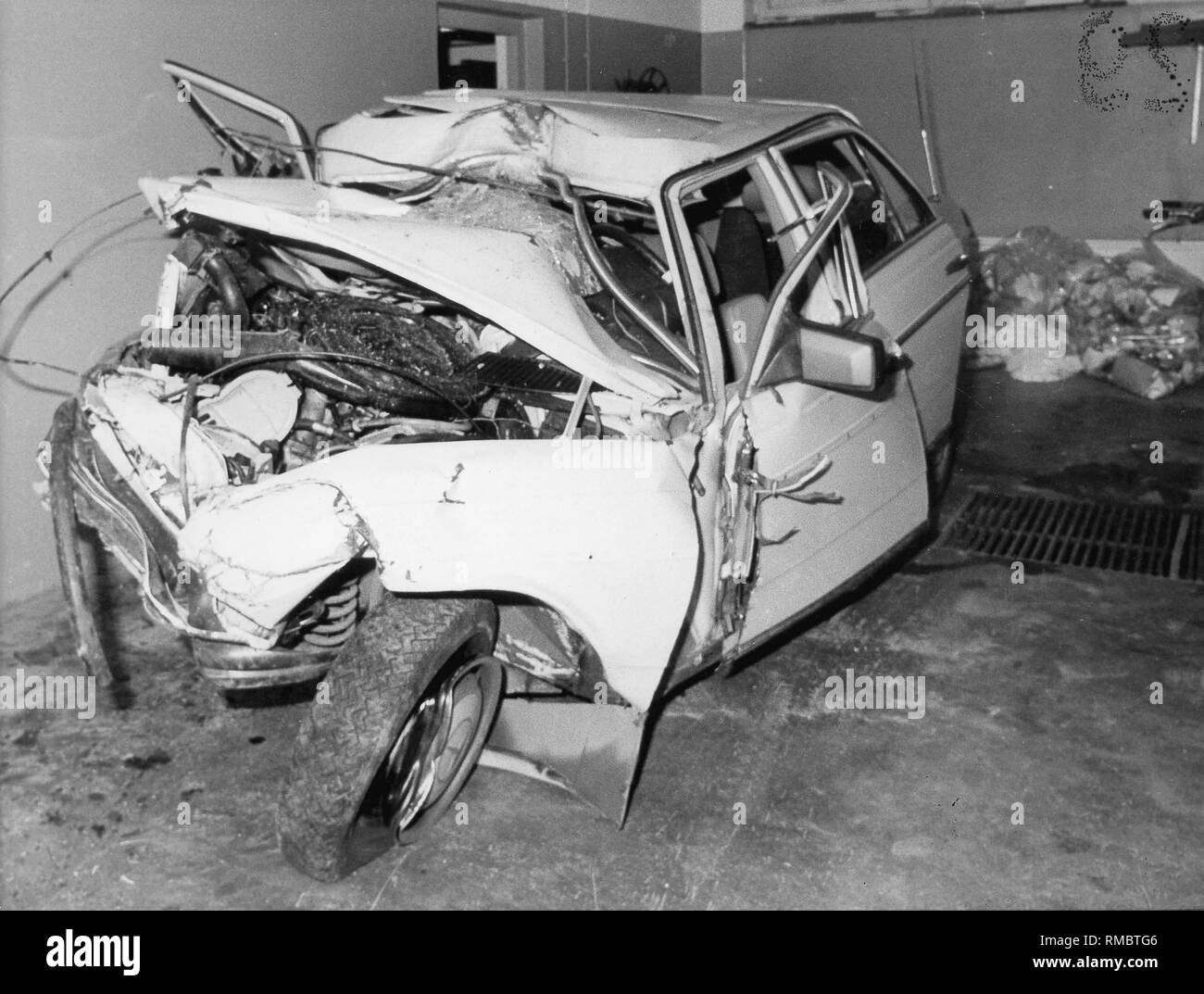 The beige-colored Mercedes 230 E after the deadly car accident of