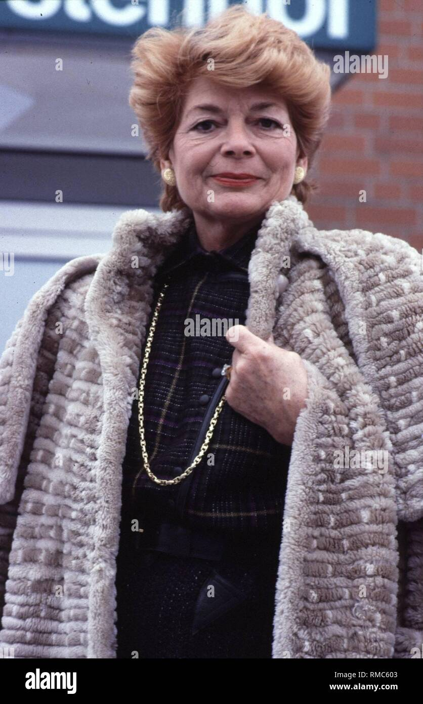 Grand Prix Eurovision de la Chanson 2001 on May 12 in Copenhagen: Lys Assia (photo, born 1926) was the first winner of a European song contest on May 24, 1956, in Lugano. The winning title 'Refrain' has long been forgotten, but not her song entitled ' Oh, mein Papa'. The song, which was interpreted in artistic German, led the Swiss singer to world fame in 1950. Lys Assia (born: Rosel Schlaeger) was not only the most beautiful, but also the most successful singer for many people in the post-war period: records like 'Eine weisse Hochzeitskutsche', 'Hollandmaedel' or 'Was kann schoener - Stock Image