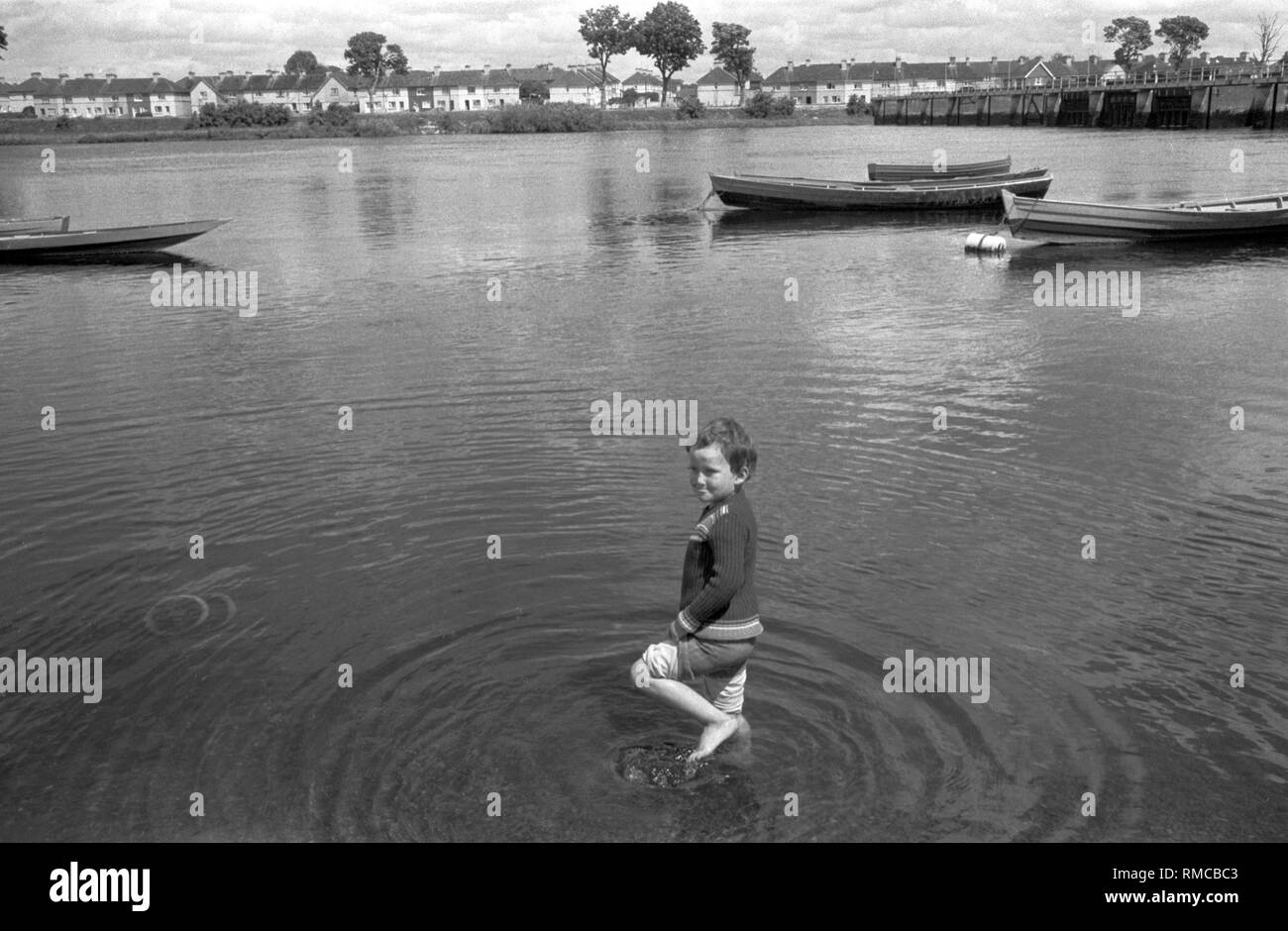 1970s Irish child River Shannon Limerick, in County Limerick, Eire.  West Coast of Southern Ireland 70s HOMER SYKES - Stock Image