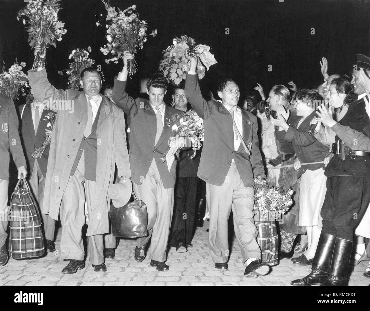 Arrival of the team in Lindau. Max Morlock, Hans Schaefer and the Vice President of the DFB Huber (from right) welcoming the fans. In 1954, Germany won its first World Cup in Switzerland. Stock Photo