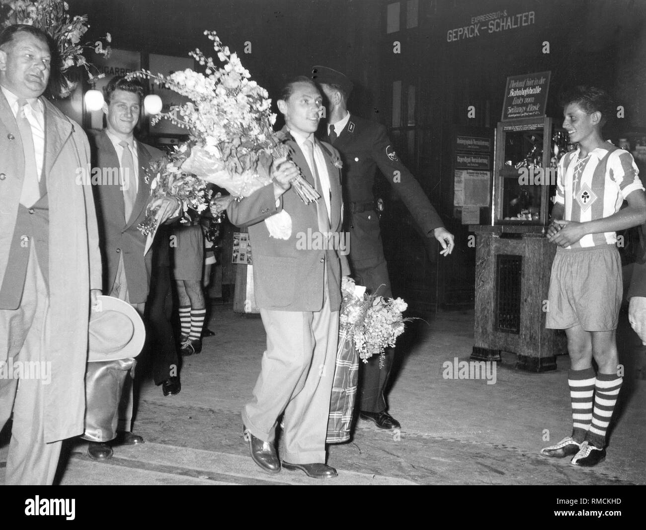 Arrival of the team in Lindau. DFB Vice-President Huber and Max Morlock welcome the fans. In 1954 Germany won its first World Cup in Switzerland. Stock Photo