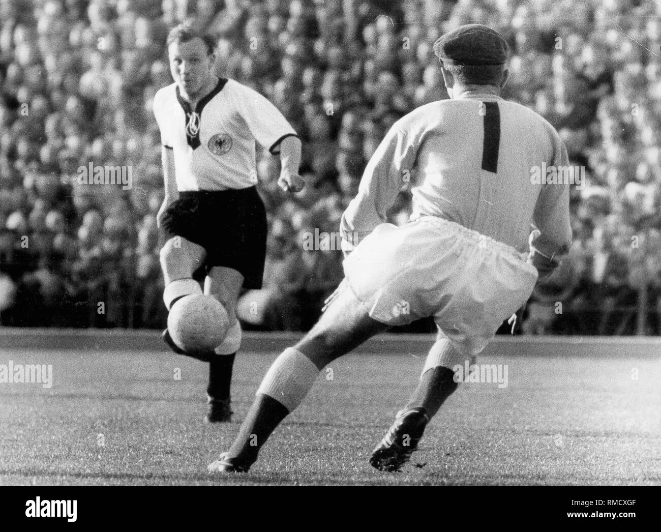 Germany against Northern Ireland (2: 2) at the 1958 FIFA World Cup in Sweden: Uwe Seeler stands alone ahead of the Northern Irish goalkeeper Gregg, but can not overcome him. - Stock Image