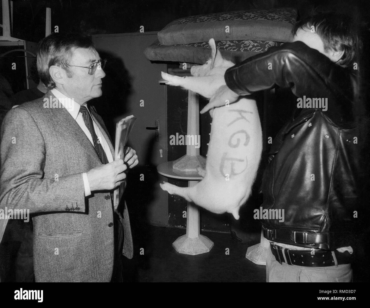 The publisher of 'Der Spiegel' Rudolf Augstein was defamed at this year's Bertelsmann event series 'Reden ueber das eigene Land: Deutschland' (Speeches about one's own country: Germany) in the Munich Kammerspiele: A stranger had given a piglet to the journalist, which bore the inscription 'Rudi - KGB'. - Stock Image