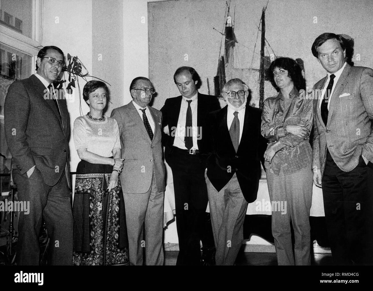 In the Kuenstlerhaus, Kulturreferent Juergen Kolbe (far right) presented the Toucan Prize of the City of Munich for 1981: Barbara Bronne, Carl Borro Schwerla, Joerg Krichbaum, Hermann Stahl, Dagmar Nick and Franz Freisleder. - Stock Image