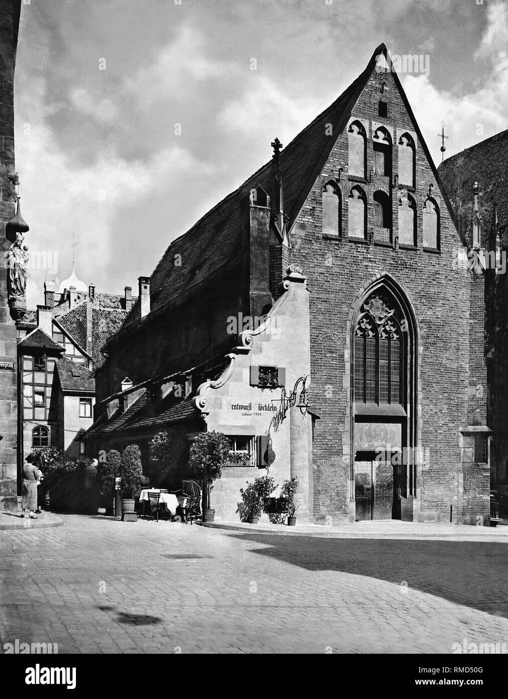 The restaurant Bratwurstgloecklein at the Moritzkapelle opposite the St. Sebaldus Church in the Gloeckleinsgasse. The Nuremberg restaurant was completely destroyed by bombing in 1944. - Stock Image