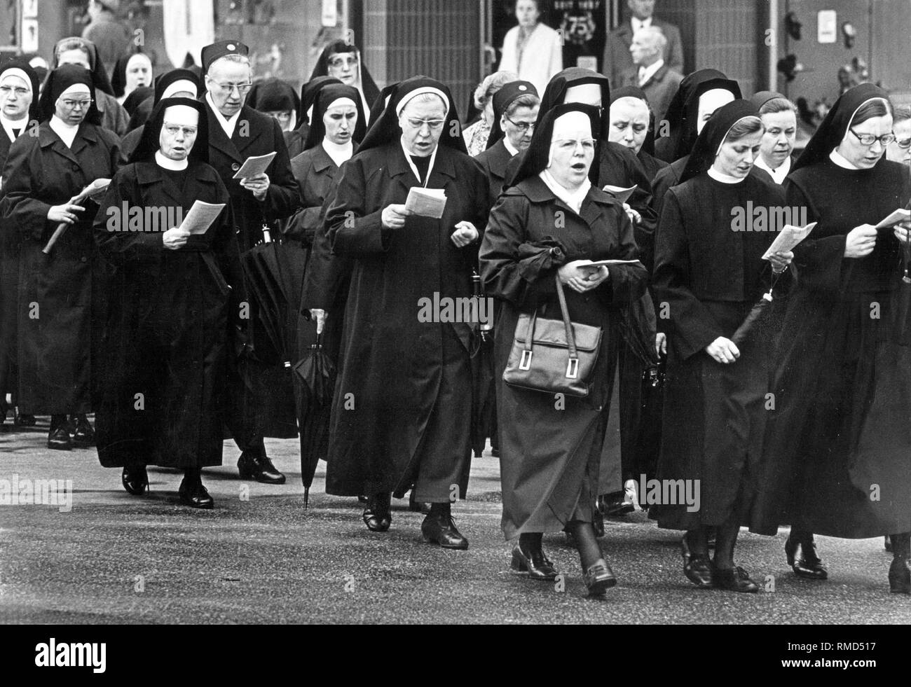 Nuns of a Catholic religious order sing in the street Stock Photo - Alamy