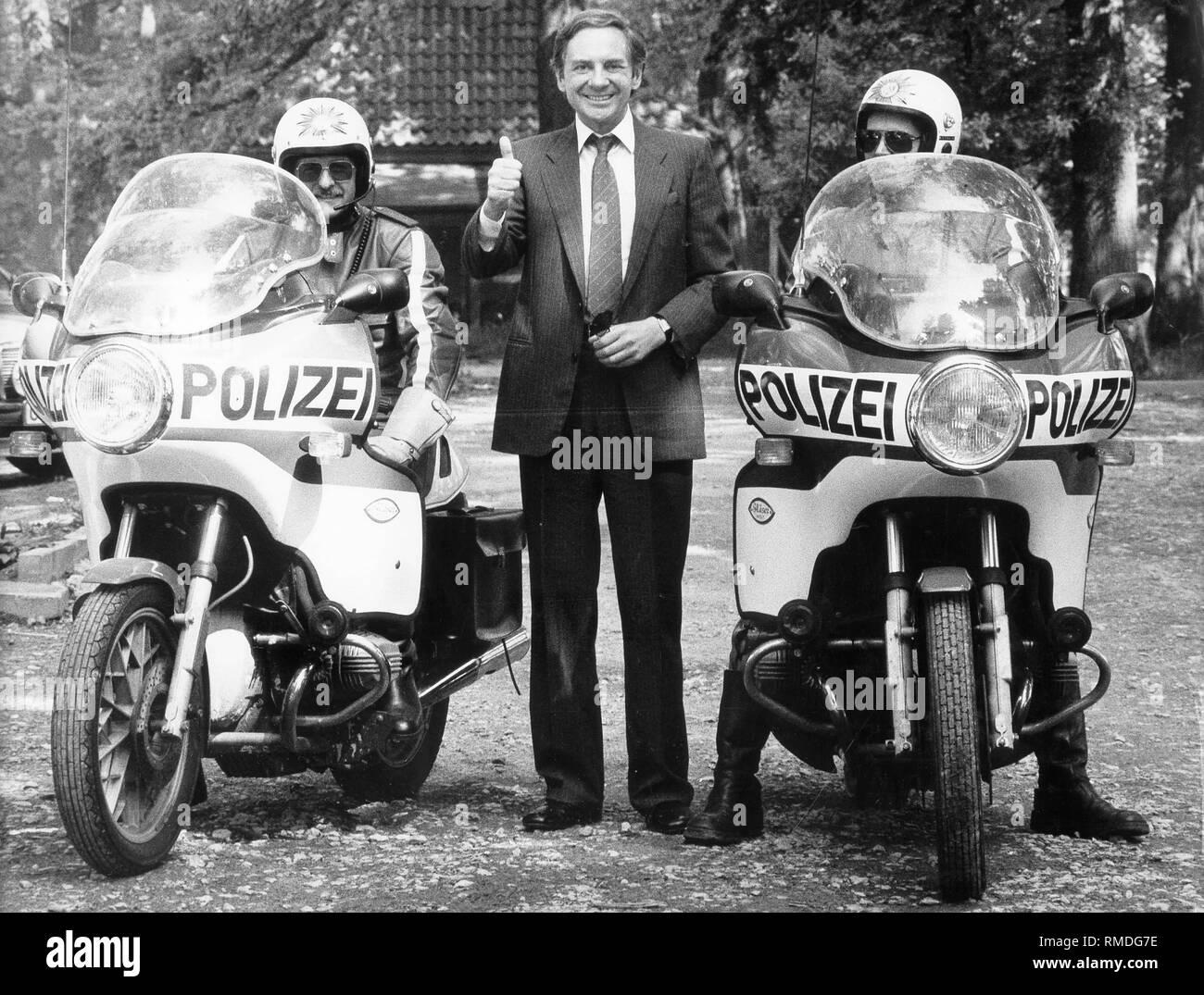 Harald Juhnke between two policemen on motorcycles. - Stock Image