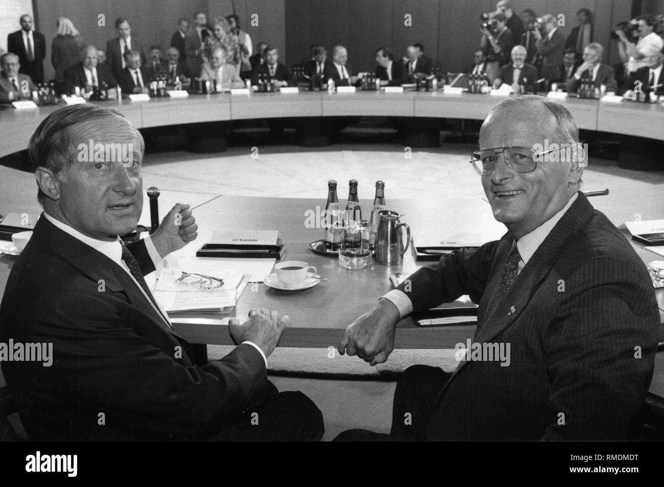 BMW CEO Eberhard von Kuenheim (left) and dr. Carl H. Hahn, CEO of VW in the NATO conference room of the Federal Chancellery. - Stock Image