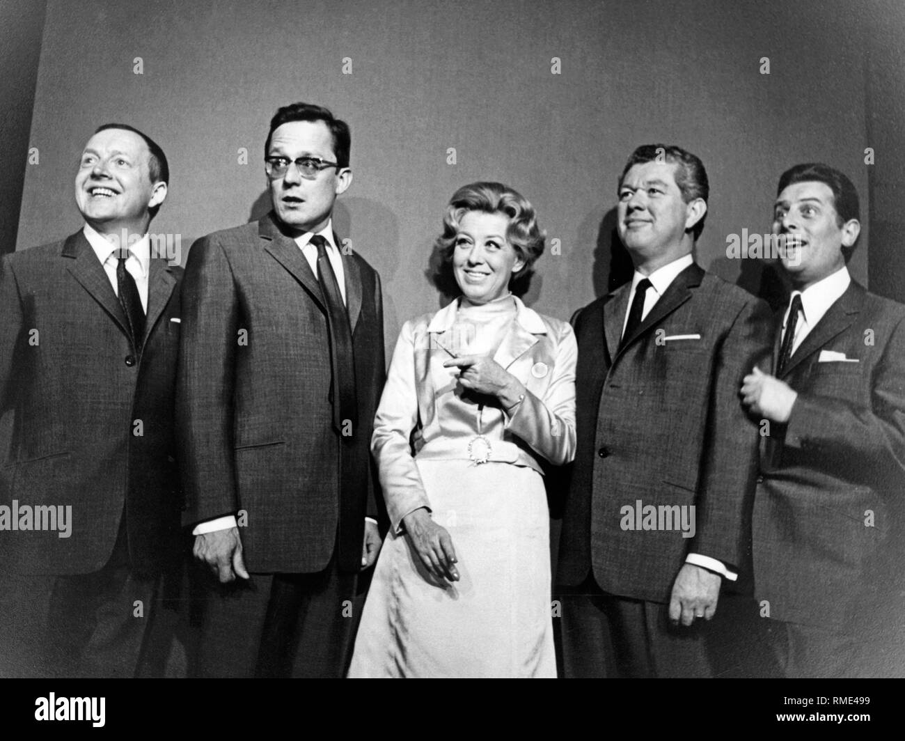 Sketch of the Muenchner Lach- und Schiessgesellschaft from the 1960s. In this set-up, the ensemble had five programs between 1965 and 1968, directed by Sammy Drechsel. From left to right: Hans Juergen Diedrich, Dieter Hildebrandt, Ursula Noack, Klaus Havenstein and Juergen Scheller. - Stock Image