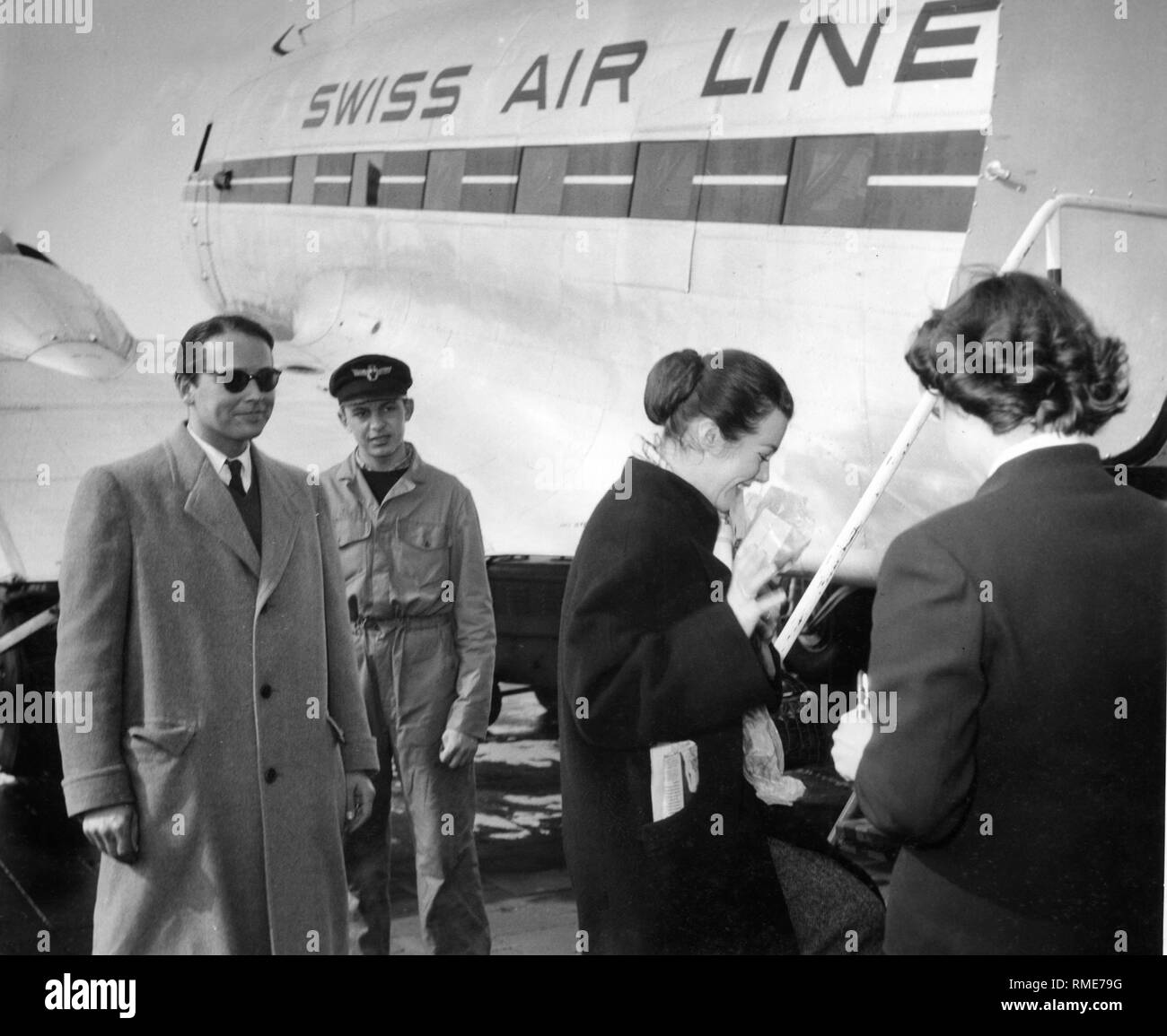 The actress Marianne Koch (2nd from the right) on the way to the USA. On the left, her husband Dr. Gerhard Freund. - Stock Image