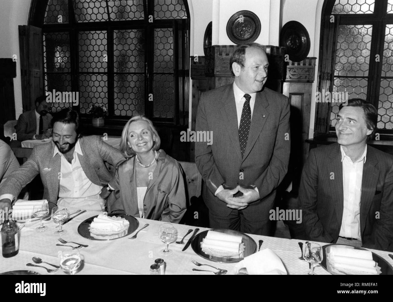 Munich's Mayor Erich Kiesl (CSU, 2nd from righ) with the creators of the television series Monaco Franze (from left): Director Helmut Dietl (l.), Monaco Franze main actor Helmut Fischer (r.) and his wife in the series Ruth Maria Kubitschek at a dinner presumably on the occasion of the first broadcast of the series in March 1983. - Stock Image