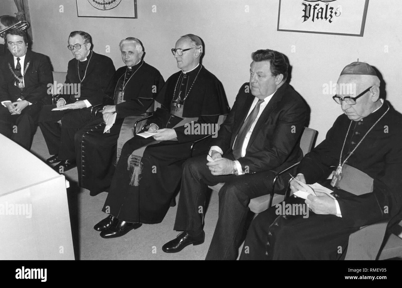 The Archdiocese of Munich-Freising welcomes its new archbishop Friedrich Wetter with a reception in the Kardinal-Wendel-Haus in Munich. Mayor Winfried Zehetmeier, Regional Bishop Johannes Hanselmann, Cardinal Joseph Ratzinger, Archbishop Friedrich Wetter, Minister President Franz Josef Strauss and Suffragan Bishop Ernst Tewes. - Stock Image