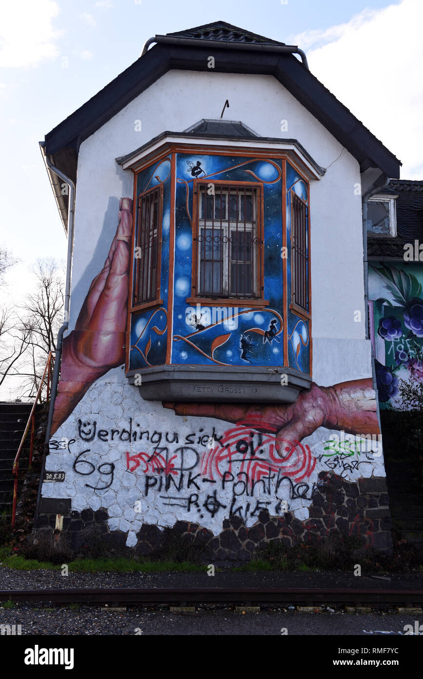 Krefeld, Germany. 11th Feb, 2019. 'Street Art Art' at a house on the banks of the Rhine in the district of Uerdingen, which was created by the street art artist 'Ketty Grossi' as part of the event 'Rhine Side Gallery 2018' of the city of Krefeld. Credit: Horst Ossinger/dpa/Alamy Live News - Stock Image