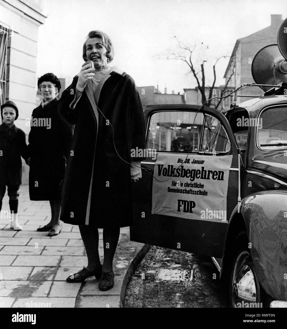 The FDP politician Hildegard Hamm-Bruecher near a VW Beetle promotes the referendum on the Christian Common School. - Stock Image