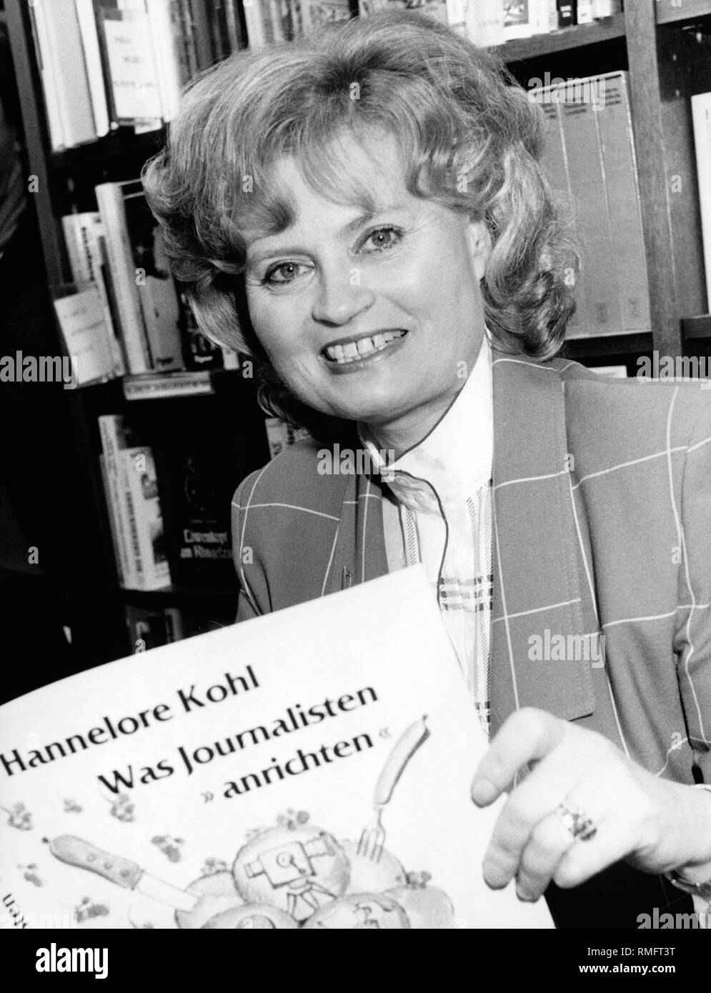 """Hannelore Kohl presents in a bookstore the cookbook published by her """"Was Journalisten anrichten"""", in which well-known German journalists present cooking recipes. The profit will go to her foundation in favor of accident victims Kuratorium ZNS, (today: ZNS - Hannelore Kohl Stiftung fuer Verletzte mit Schaeden des Zentralen Nervensystems - ZNS - Hannelore Kohl Foundation for Patients with Damage of the Central Nervous System). Stock Photo"""