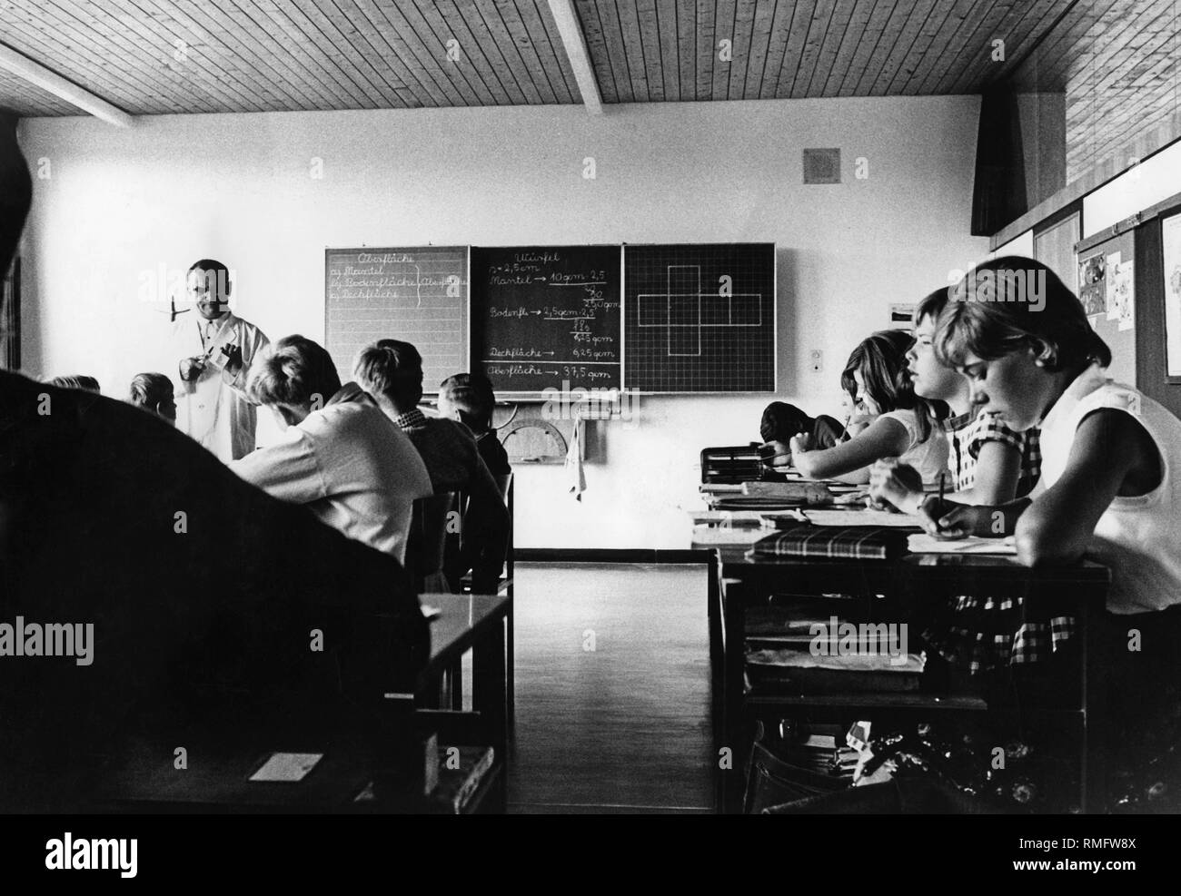 Children in school: Picture shows teacher with children of the 8. class Hauptschule (Secondary modern school) during a lesson. - Stock Image
