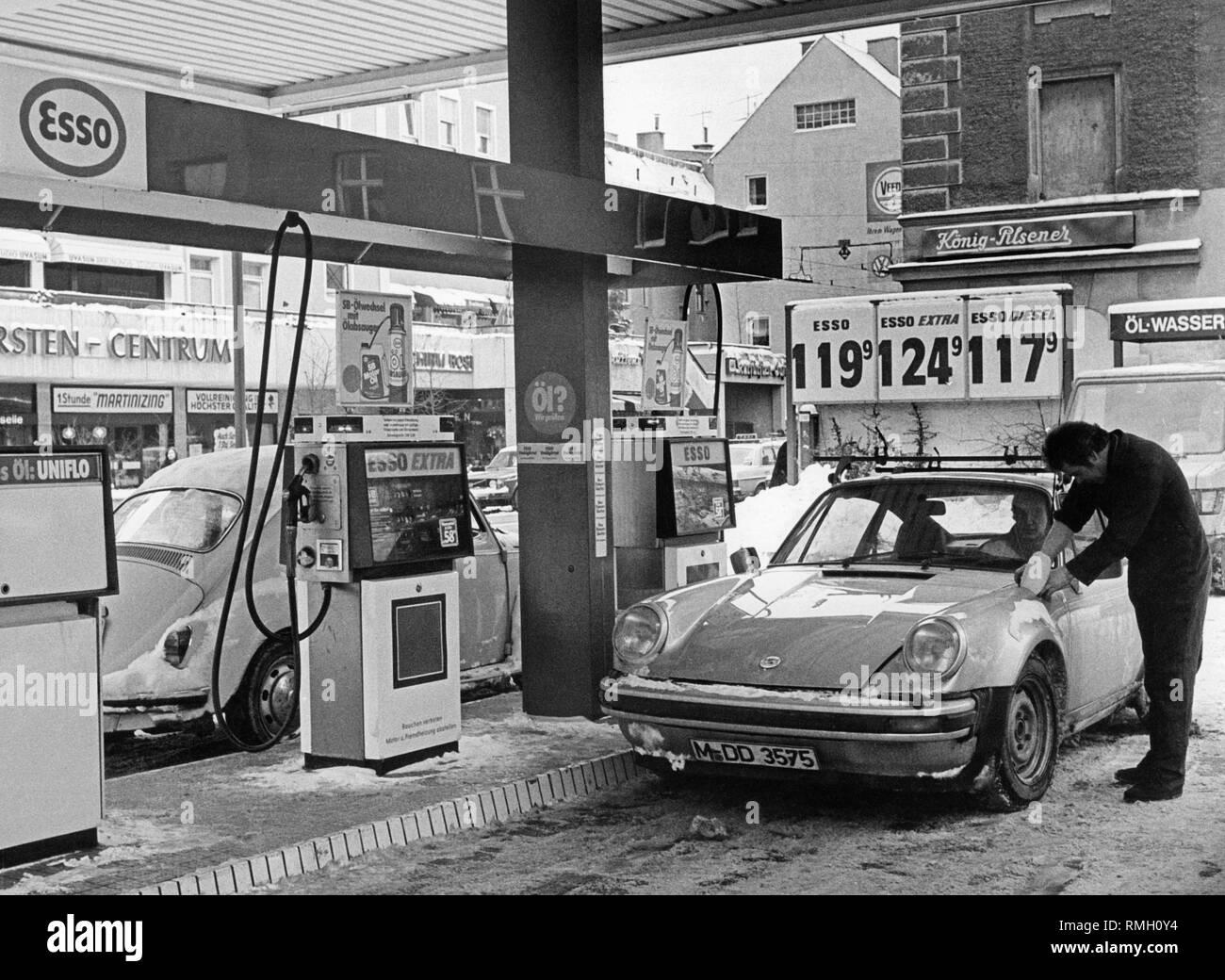 A VW Beetle and a Porsche 911 G model at an Esso petrol station on Kurfuerstenplatz in Munich Stock Photo