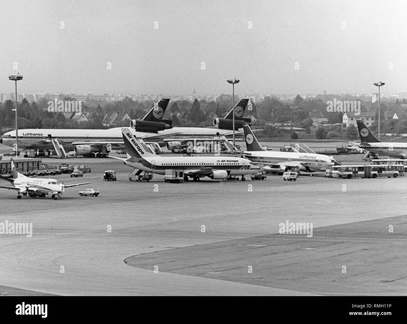 View of waiting aircrafts on the apron of the Munich Airport in Riem. - Stock Image
