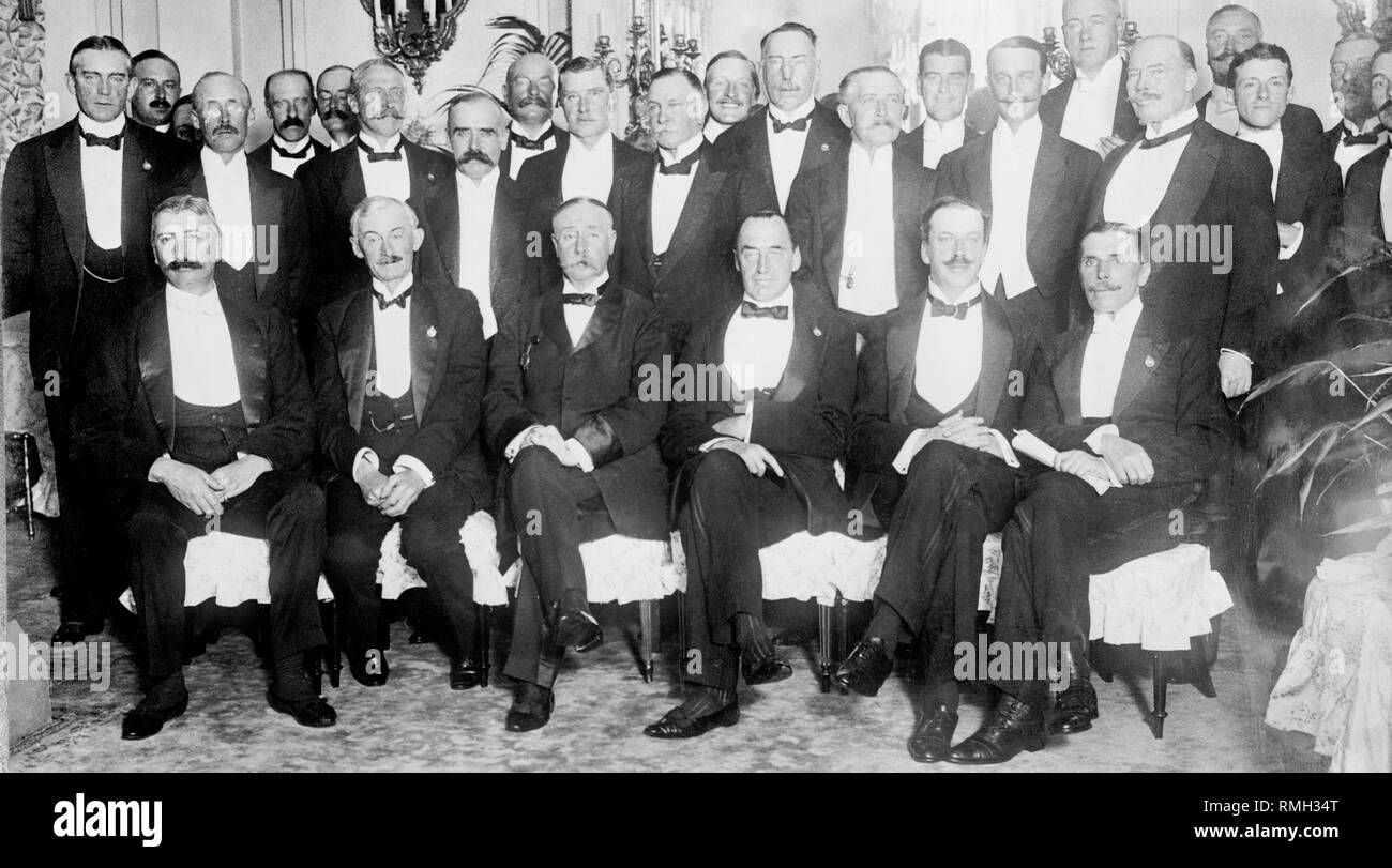 Unionist leaders in Ulster (what would become Northern Ireland) meeting during the home rule crisis with many from the irish unionist party who would go on to form the first government of northern ireland. Sir Edward Carson (front row seated third from right), Major George Richardson (centre middle row moustache looking left in front of candestick - commander of the ulster volunteer force in ireland), James Caig (tall man with badge behind edward carson - first prime minister of northern ireland) - Stock Image