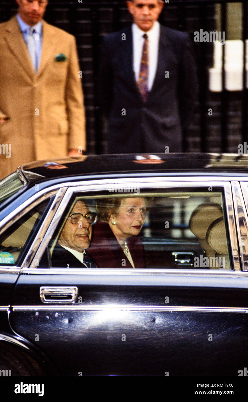 28-11-1990. London, UK. Margaret Thatcher leaves Downing Street for the last time. Her son, Mark Thatcher is in the left background. Photo: © Simon Gr - Stock Image