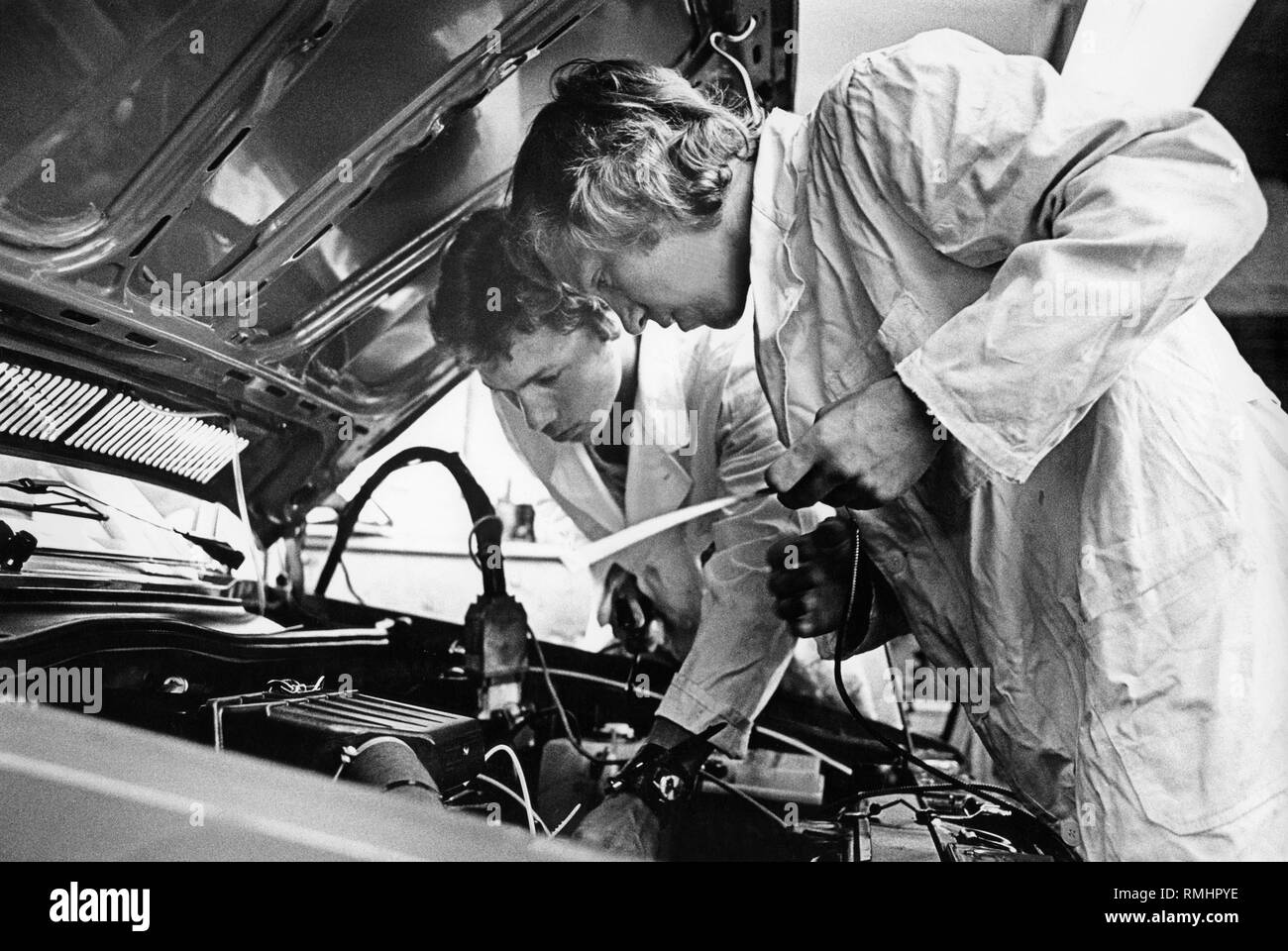 Fault diagnosis with the aid of a car diagnostic device in a workshop (VW / Audi). - Stock Image