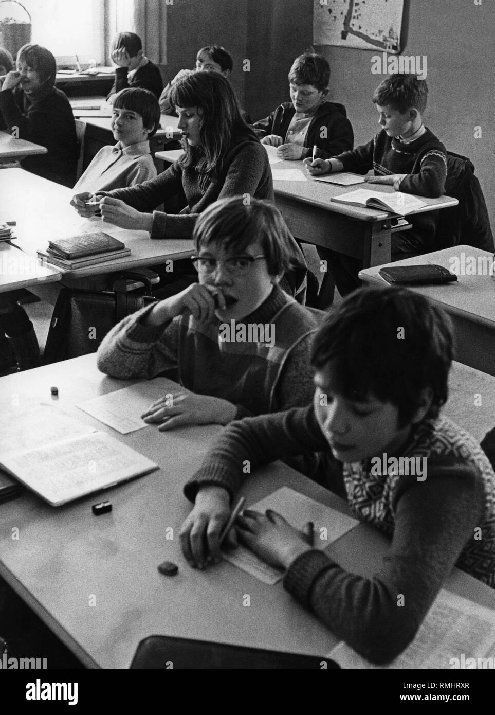 Children in school: Picture shows children of the Hauptschule (Secondary modern school) during a lesson. - Stock Image