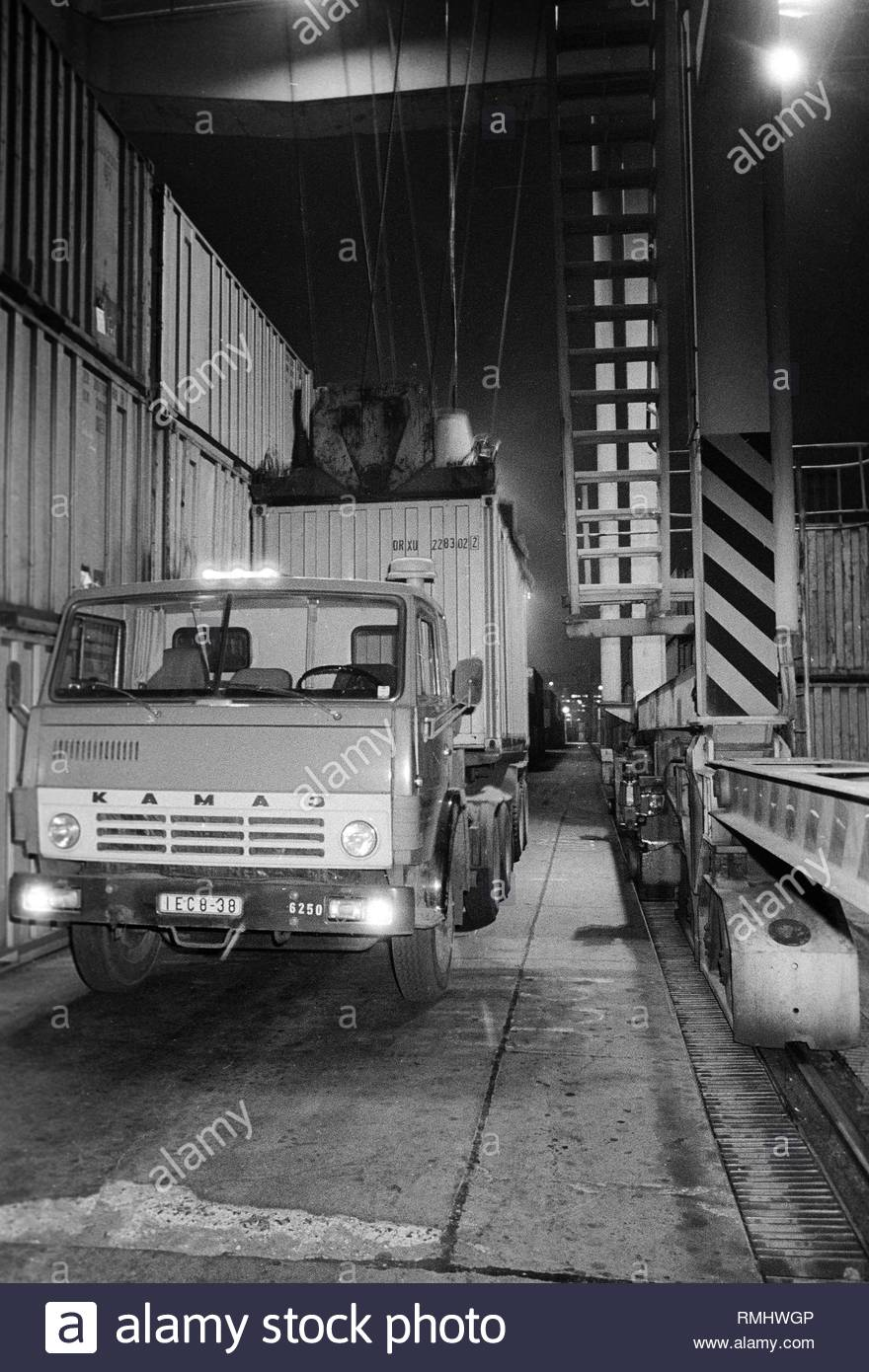 A truck will load with a container in the container terminal Frankfurt avenue in Berlin, the former capital of the GDR, German democratic republic. Foto: Heinz Schönfeld - Stock Image